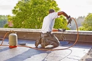 dakdekkersbedrijf op dak